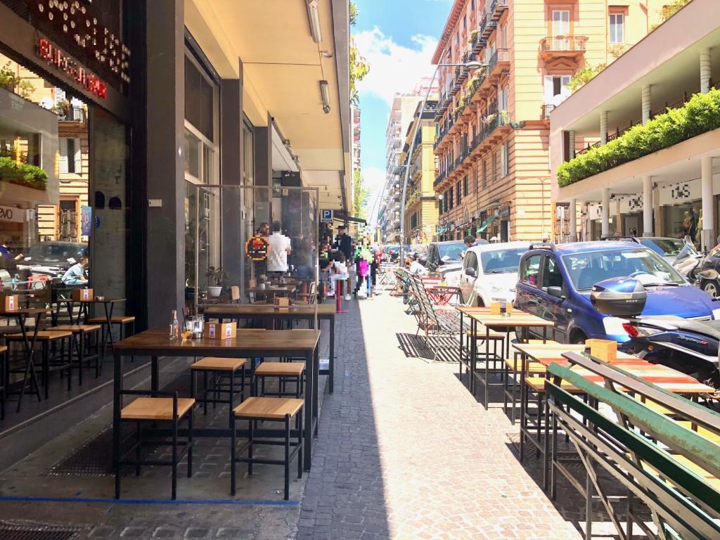 """Napoli: al Vomero impazza """"tavolino selvaggio"""""""