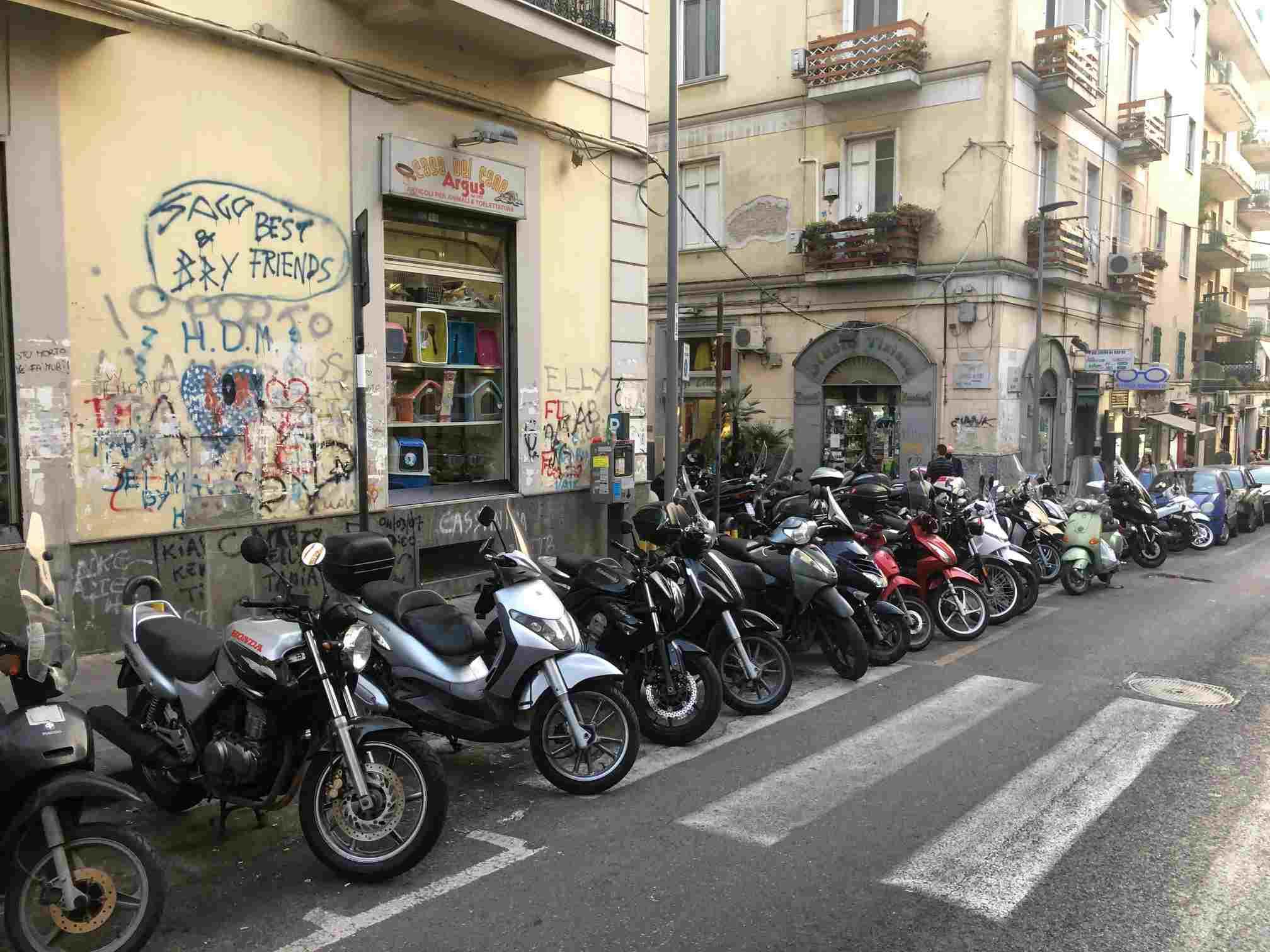 """Napoli: al Vomero due """"muri"""" di motocicli ostruiscono l'accesso all'isola pedonale"""