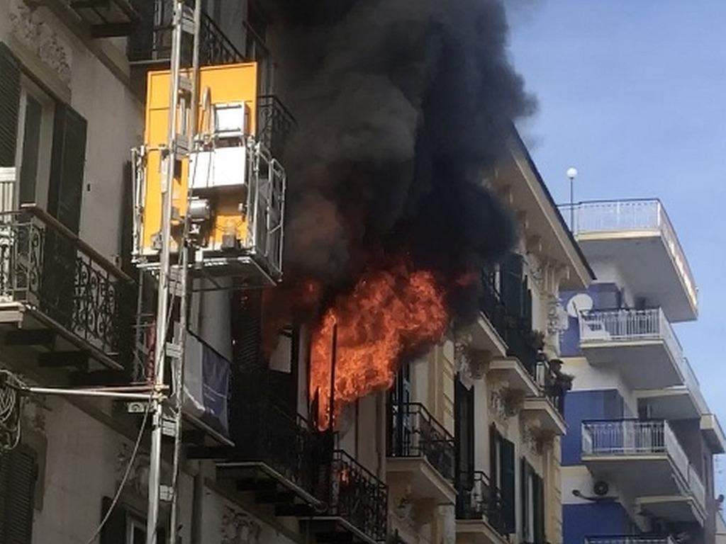 Napoli: le fiamme divampano in via Merliani al Vomero
